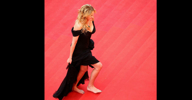 Julia-Roberts-camina-descalza-por-alfombra-cannes