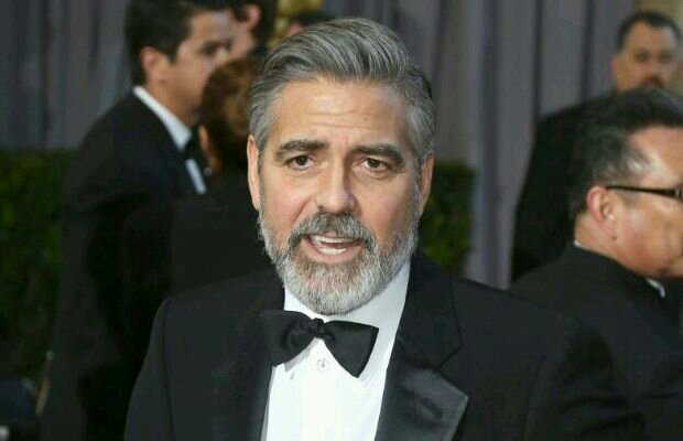 Photo of George Clooney chulea a Angélica Vale