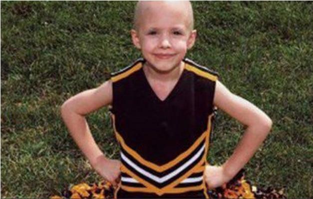 niña con cáncer y uniforme