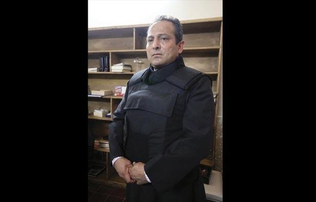 Photo of Gregorio López, padre de Apatzingán da misa con chaleco antibalas