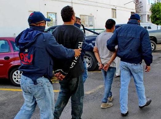 detenidos esposados PGJE