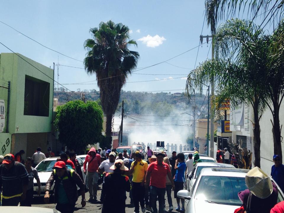 enfrentamiento maestros CNTE sede PAN Morelia