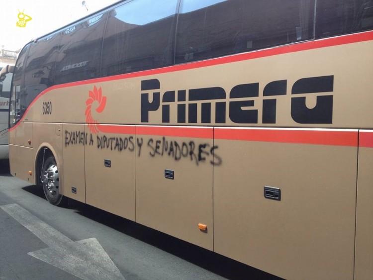 no vienen a pie si no en autobuses normalistas en Marcha morelia 1