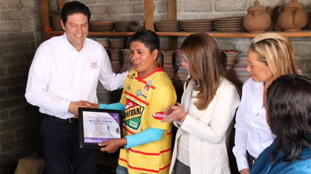 entrega-reconocimiento-Alfonso-Martinez-a-artesano-de-Capula-Mauricio-Martínez