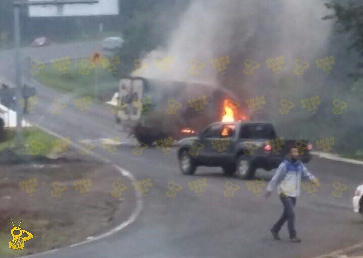 NORMALISTAS incendian unidades de empresarios en Michoacán
