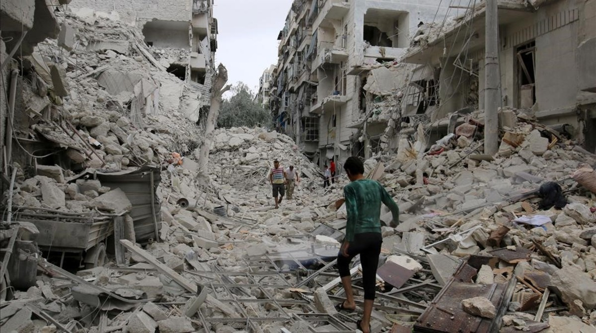 People inspect a damaged site after airstrikes on the rebel held Tariq al-Bab neighbourhood of Aleppo  Syria September 23  2016  REUTERS Abdalrhman Ismail