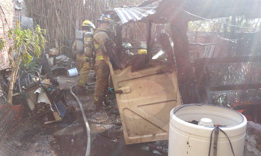 Photo of Vecinos A Cubetadas Intentaron Apagar Casa Incendiada Por Cuetes En Zamora