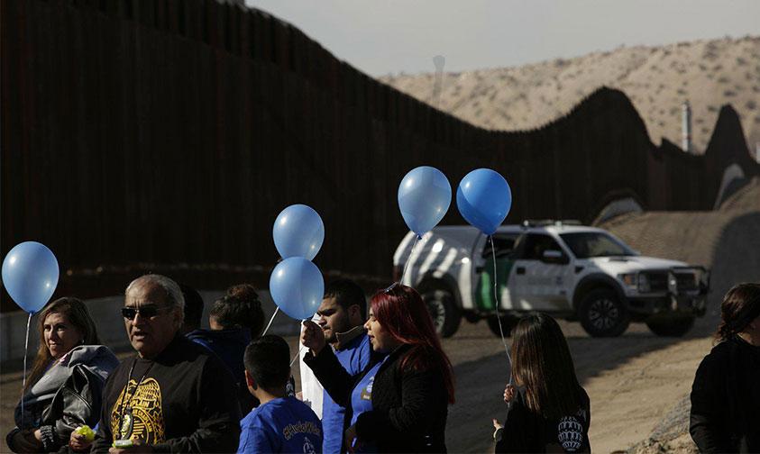 Photo of ¡Trump, Para El Amor No Hay Muro! Miriam & Rogelio Se Casan En Línea Fronteriza  Juárez -Texas