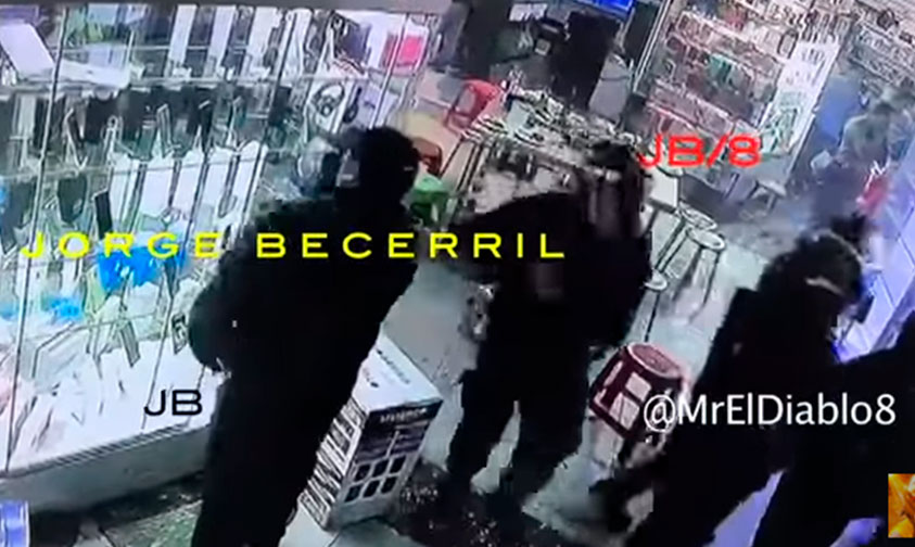 Photo of #CDMX Captan A Polis Auxiliares Robando Celulares En Plaza Meave (Video)
