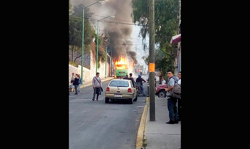 Photo of #CDMX Asaltan, Asesinan Al Chofer E Incendian Microbús En Gustavo A. Madero