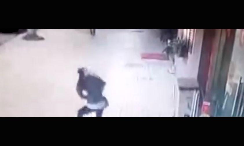 Photo of Es Aplastada Por Un Pesado Letrero Y Vivió Para Contarlo (Video)