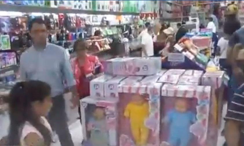 Photo of Sin Saber Papás Compraron Muñec@s Trans Para Reyes Y Causa Indignación En Paraguay (Video)