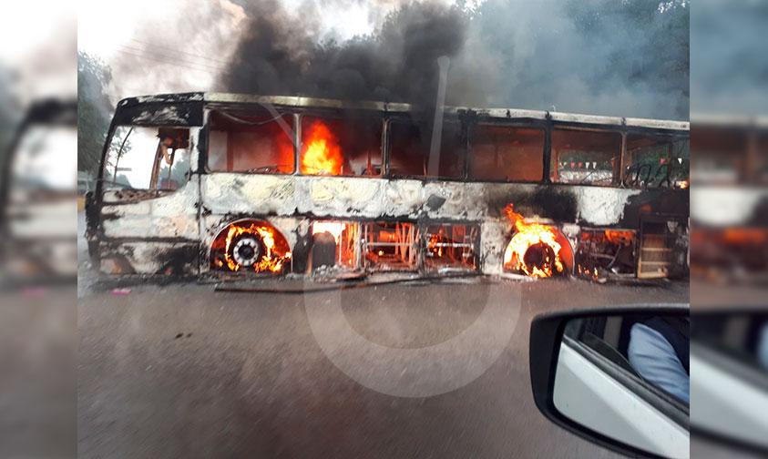 """Photo of #Michoacán """"Centistas"""" Queman Al Menos 2 Vehículos En La Meseta"""