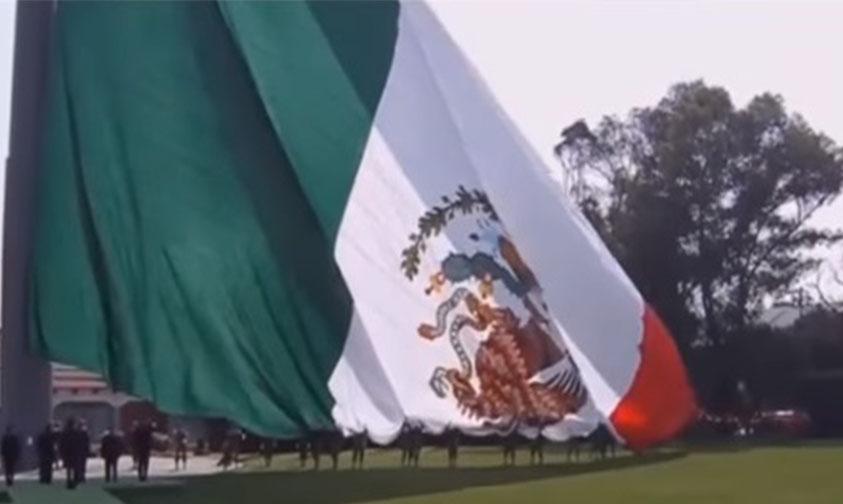 """Photo of #Video """"No Importa Si La Bandera Está Al Revés O Al Derecho"""": EPN"""