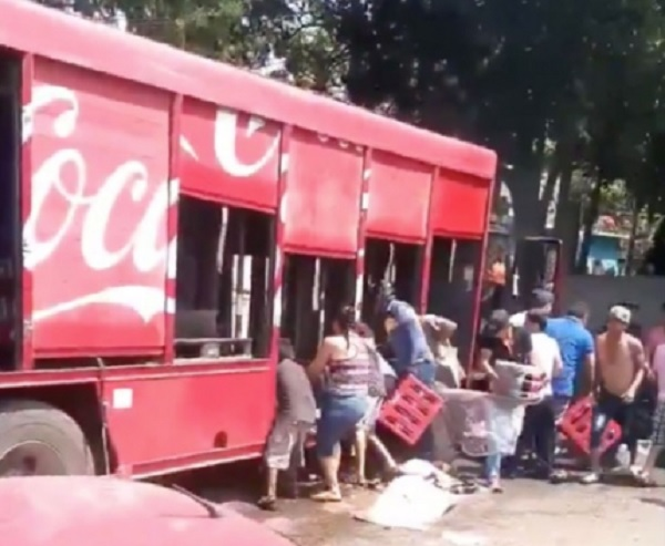 Photo of Se Viraliza Indignación Por #VIDEOS De Niños Y Adultos De Apatzingán Robando Camiones Repartidores