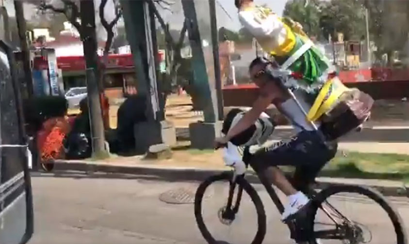 Photo of Ciclista Se Accidenta Con Todo Y San Judas Tadeo Que Cargaba En La Espalda (Video)