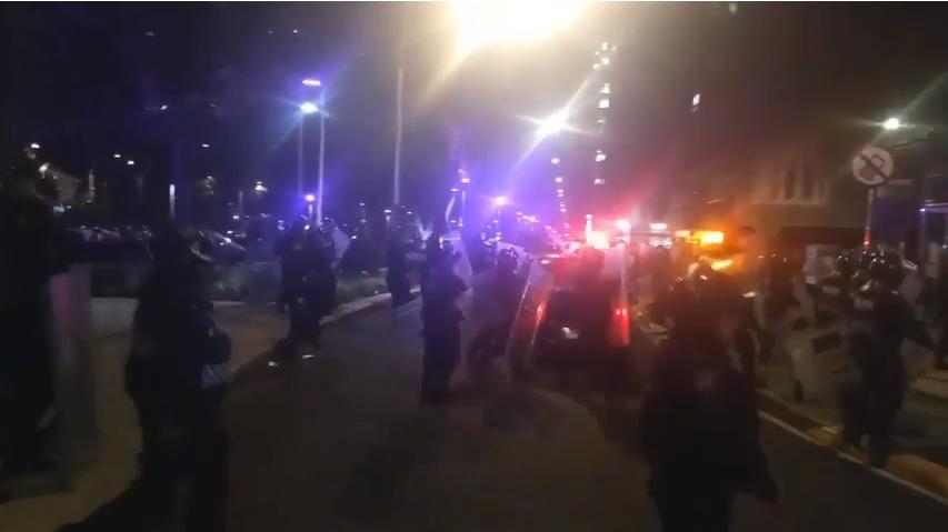 Photo of #Video Aficionados Del Chivas Y Policías Se Agarran A Golpes En El Ángel De La Independencia
