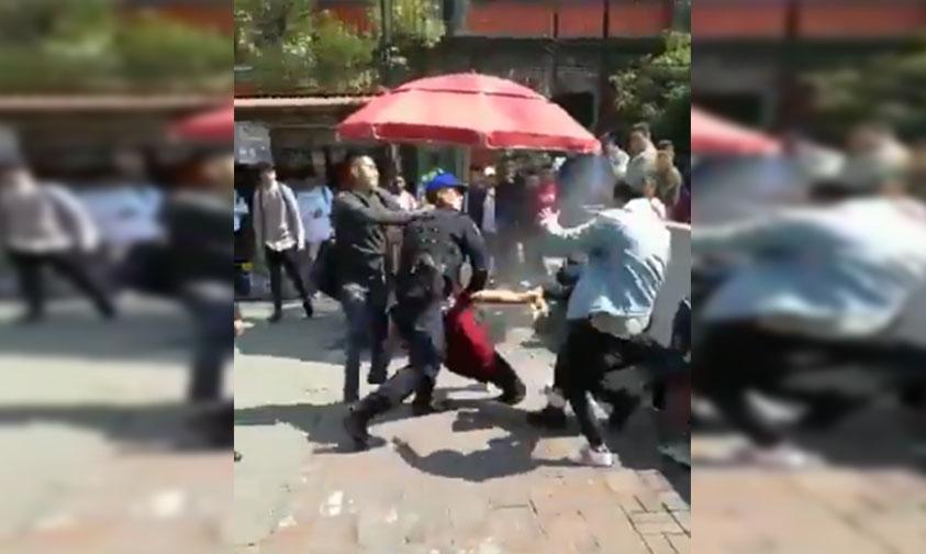 jóvenes golpean policías Metro Balderas