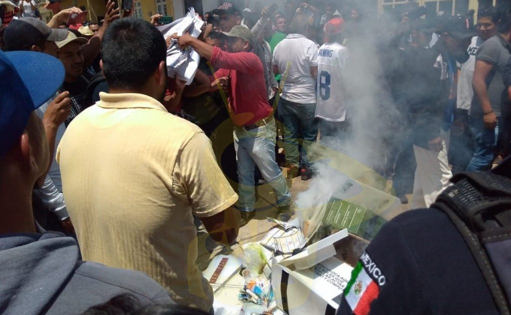Photo of #Michoacán Habitantes De Chilchota Queman Material Electoral