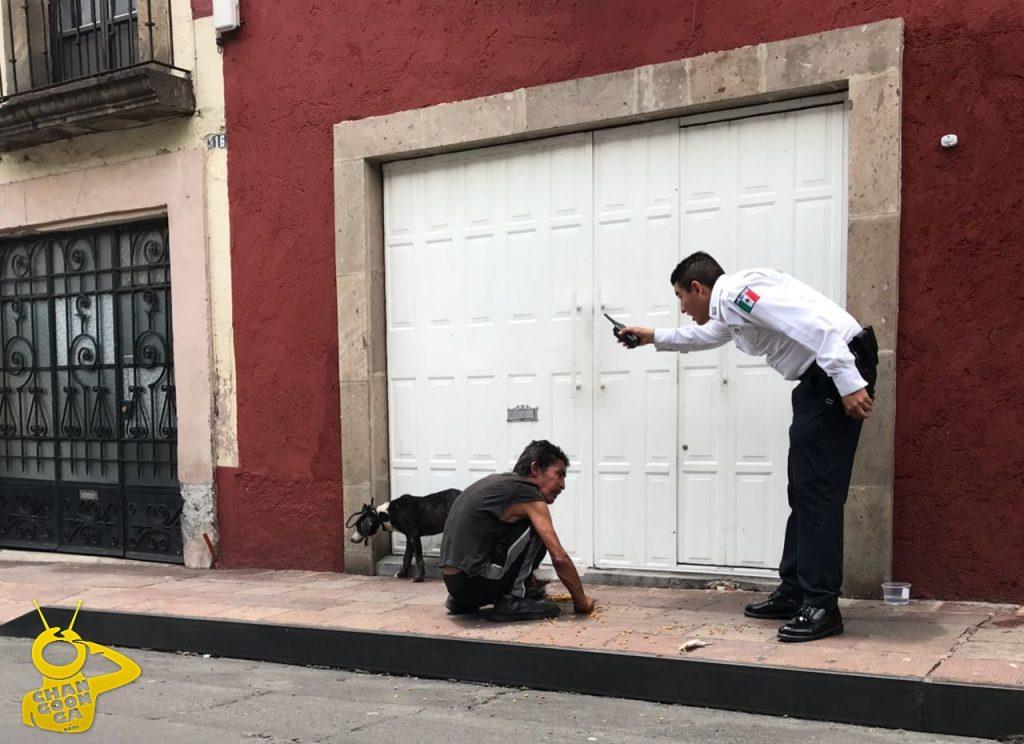 Photo of #Morelia Elemento De Policía Retira A Indigente Que Alimentaba A Su Perro En Vía Pública