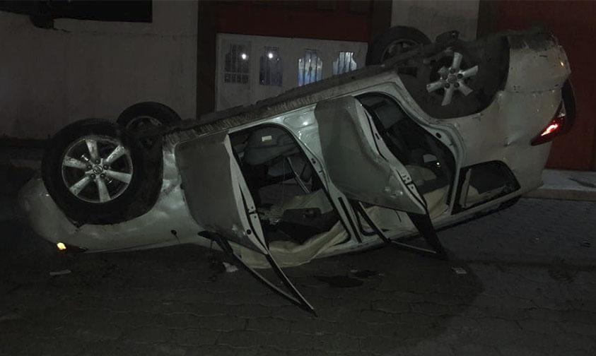 Photo of Al Poncharse Llanta Se Vuelca Camioneta Toyota Gris En Apatzingán