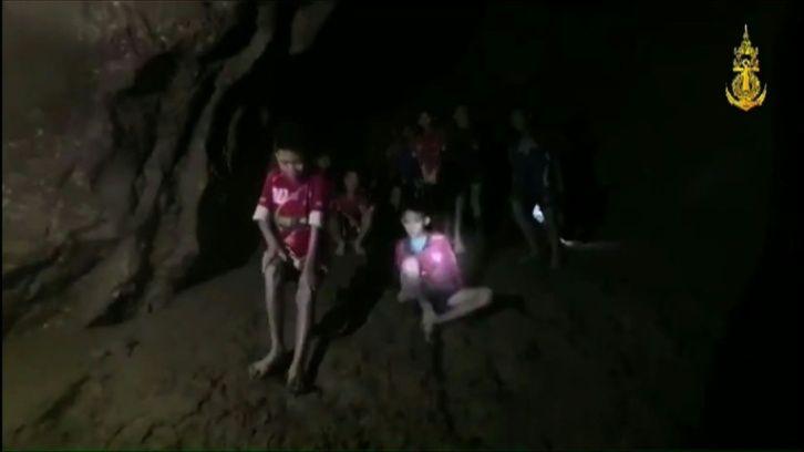 Photo of Rescatan A 6 De 12 Niños Atrapados En una Cueva Tailandesa