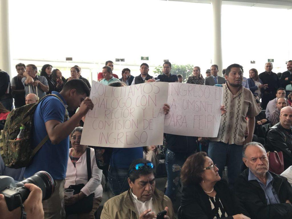 Photo of Aspirantes A UMSNH Protestan En Foro De Pacificación En Morelia Para Exigir Un Espacio