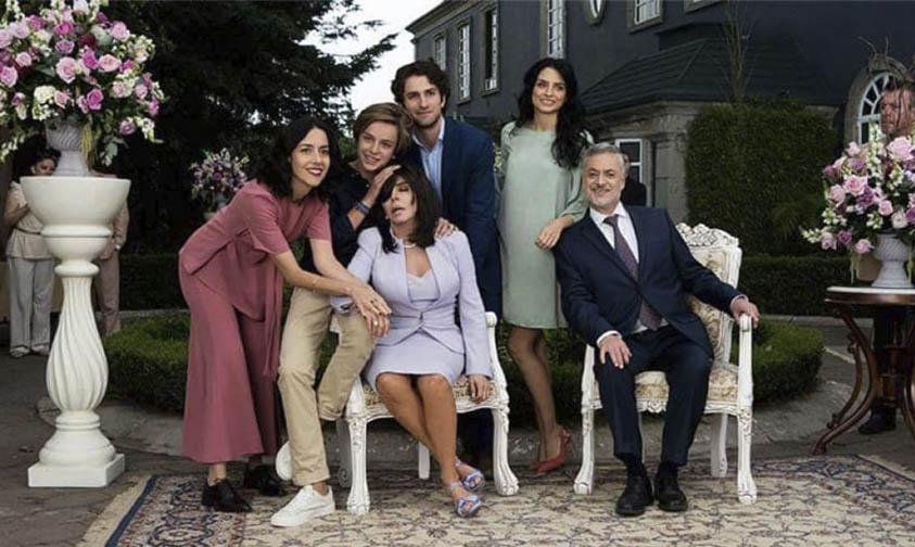 """Photo of Gran Éxito """"La Casa De Las Flores"""", La Anti Telenovela De Netflix"""