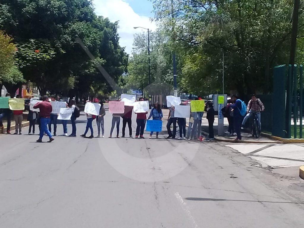Photo of #Morelia Jóvenes Se Manifiestan Afuera De C.U. Para Solicitar Audiencia