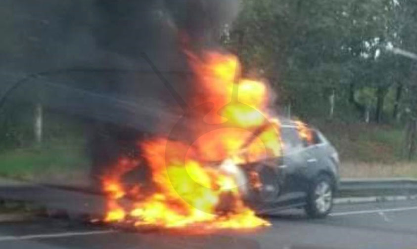 "Photo of Se Incendia Mazda Negro Por Falla Mecánica En La Pista ""Siglo XXI"""