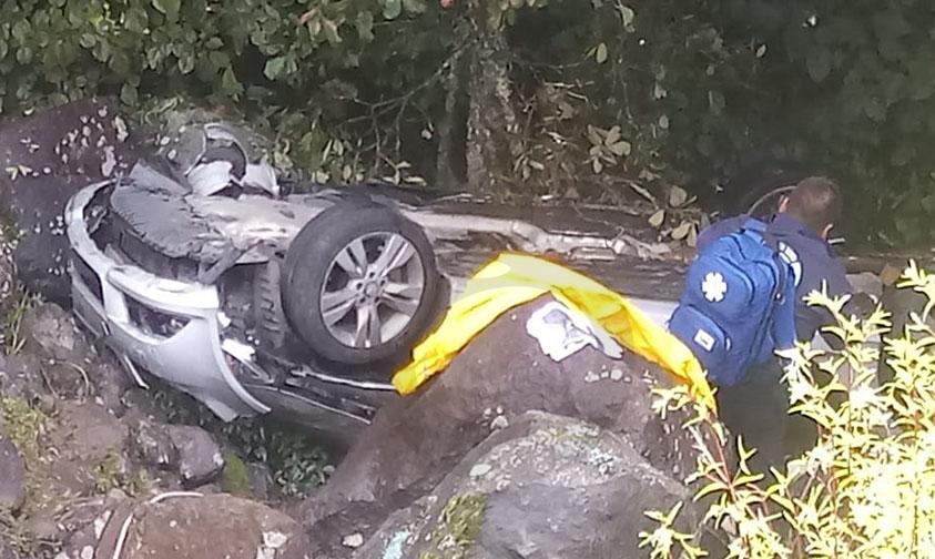 Photo of #Michoacán Se Desbarranca Mercedes Benz, Una Mujer Muerta Y Dos Lesionadas En La Siglo XXI