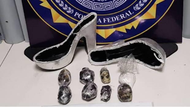 """Photo of ¿Se Busca Cenicienta? Decomisan Zapatillas """"De Crystal"""" En Querétaro"""