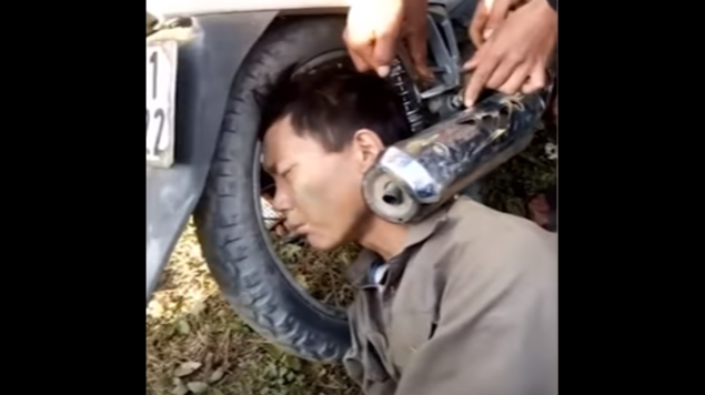 Photo of #Vídeo Sin Saber Cómo, Hombre Amanece Con La Cabeza Atorada En Escape De Moto