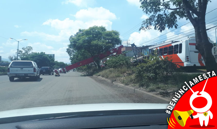 Photo of #Denúnciamesta Cae grúa por pasar sobre bache en Salida Quiroga