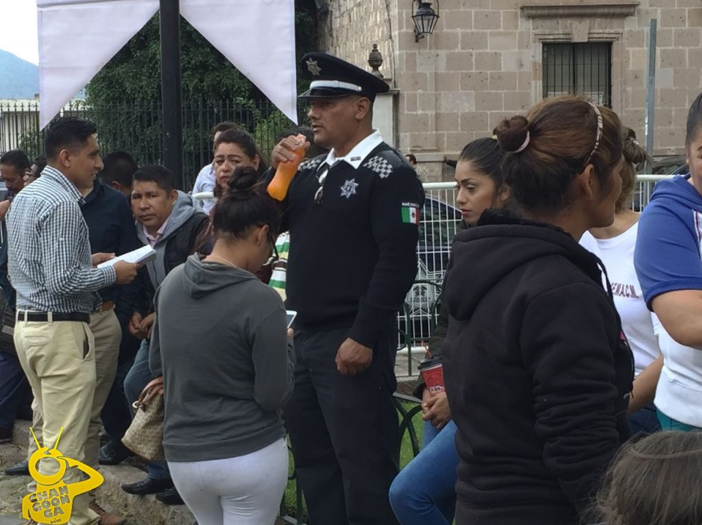 "Photo of Con Seguridad Relajada ""A Medias"" Morón Toma Protesta Como Alcalde En Plaza Pública"