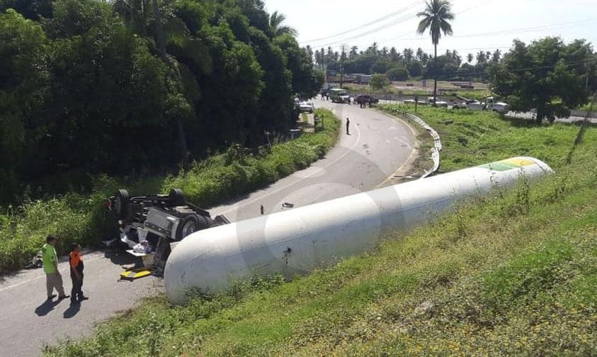 Photo of #Michoacán Se Vuelca Pipa De Amoníaco Y Muere Chofer Sobre Autopista Siglo XXI
