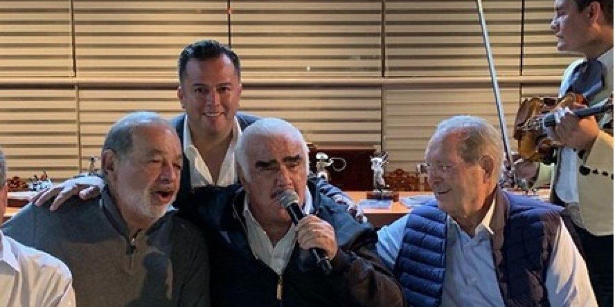 Photo of Vicente Fernández Y Carlos Slim Se Echan Un Palomazo Y Unos Tequilas