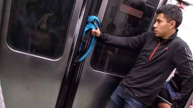 Photo of #Vídeo Morrito Se Hace Viral Luego Que Su Mochila Quedara Atrapada En Puertas Del Metro