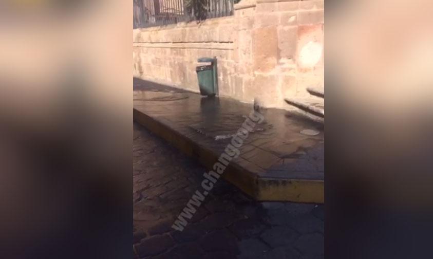 """Photo of #Morelia """"No Es Fuga De Agua Estamos Limpiando La Fuente De La Plaza"""": Ooapas"""