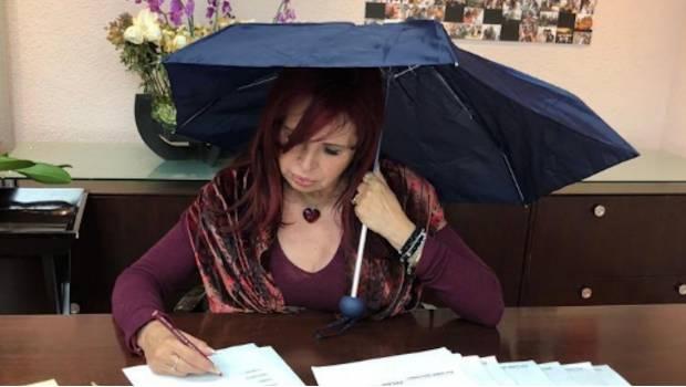Photo of Lady Sansores Trabaja Con Paraguas En Oficina Porque El PRD Dejó Goteras