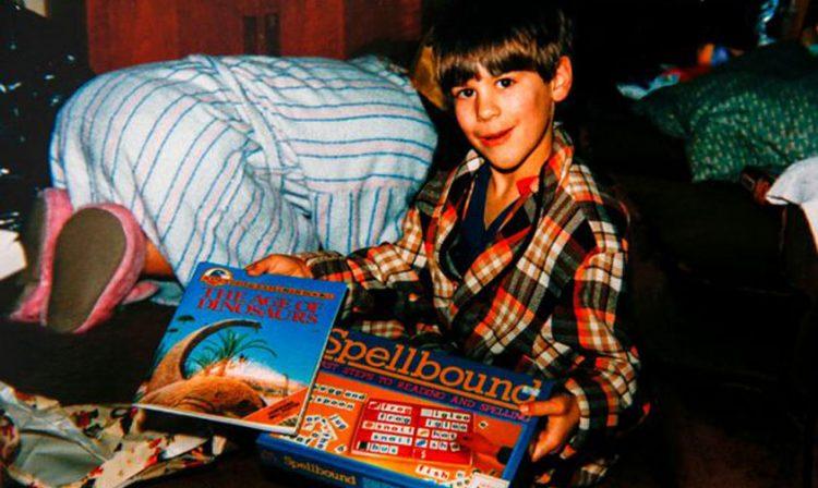 Daniel de 11 años posa con sus juegos de mesa
