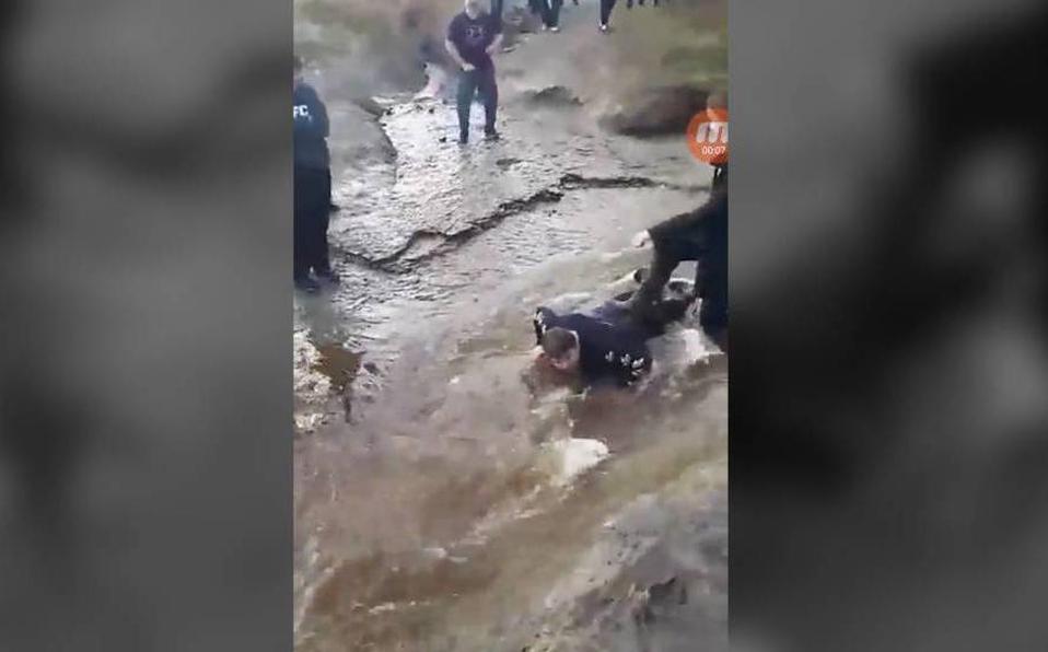 Photo of #Video Niño Con Parálisis Es Usado Como Puente Para Cruzar Río