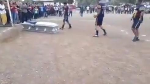 Photo of #Vídeo Llevan Ataúd De Amigo A Cancha Para Que Dé Su Último Gol