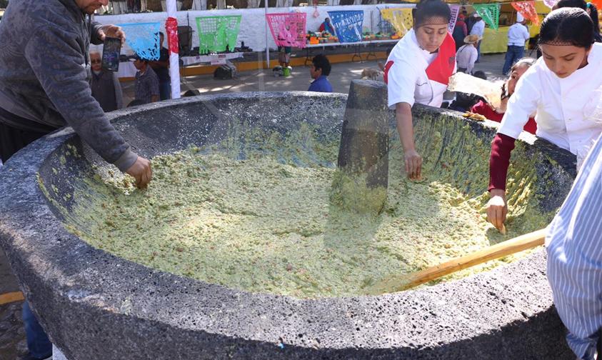 Photo of #Michoacán Todos Felices Por Mega Salsa En Molcajete Más Grande Del Mundo