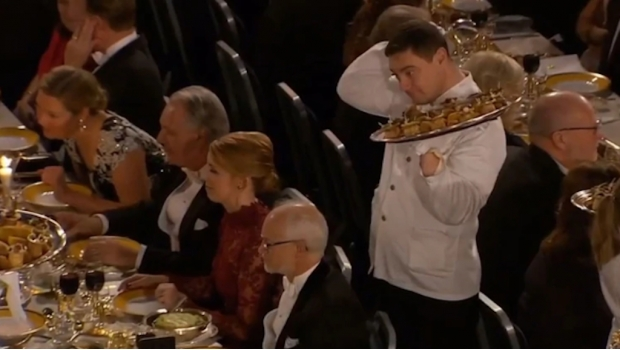 Photo of #Vídeo Mesero Tiró Comida Sobre Invitado De Premios Nobel Y Se Vuelve Viral