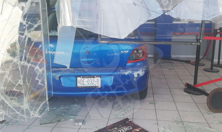 Photo of # Morelia Auto Da Tremendo Acelerón Y Se Mete A Un Banco HSBC De La Avenida Madero