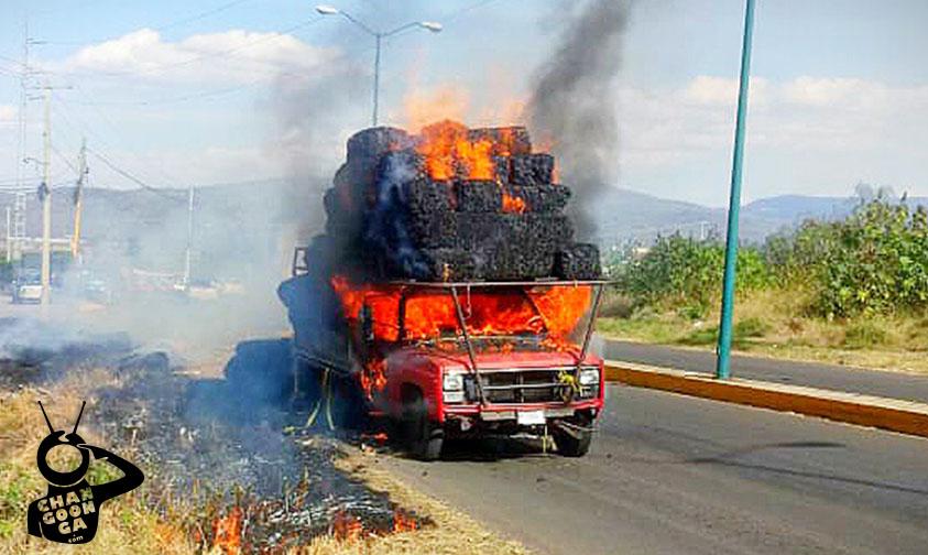 Photo of #Michoacán Se Incendia Camioneta Llena De Pastura En Panindícuaro