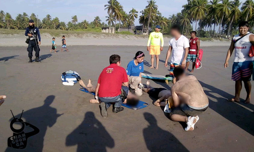 "Photo of #Michoacán Salvavidas Rescatan A 3 Uruapenses De Morir Ahogados En ""Playa Tortuga"""