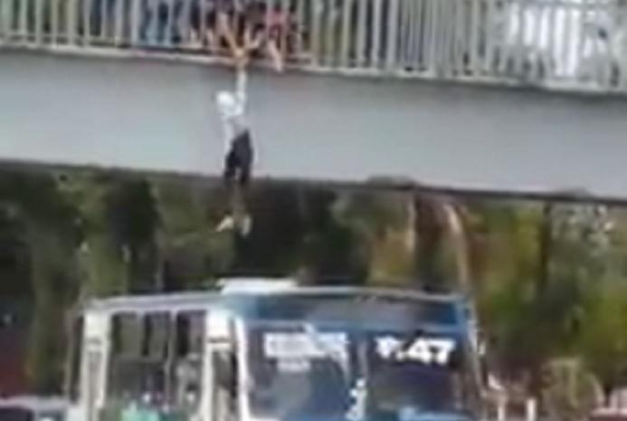 Photo of Héroe Del Día: Microbusero Tapatío Evita Suicidio De Mujer Desde Un Puente