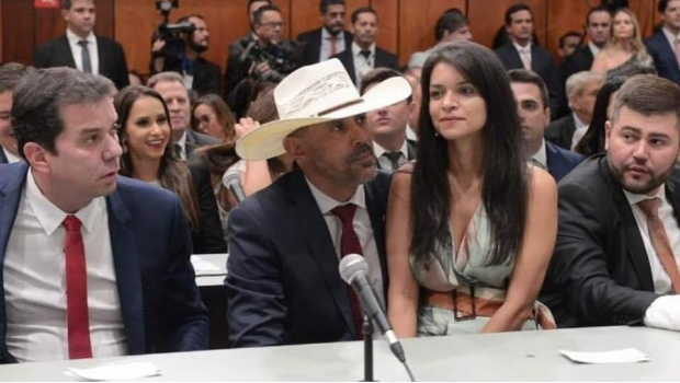 Photo of #WTF Diputado Sienta En Su Regazo A Su Esposa En Plena Sesión
